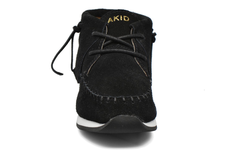 Deportivas Akid Stone Negro vista del modelo