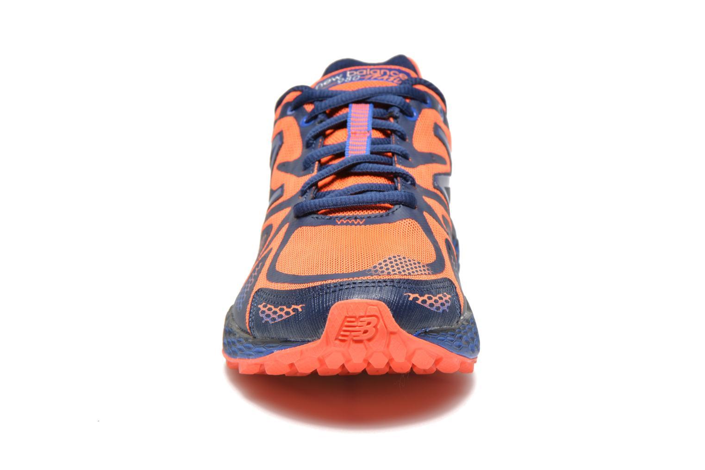 Baskets New Balance MT980 Bleu vue portées chaussures