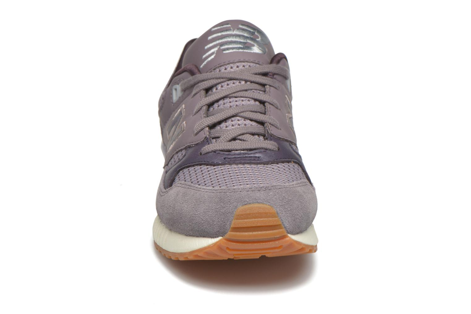 Sneakers New Balance W530 Viola modello indossato