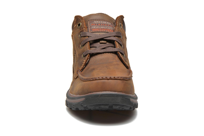 Zapatos con cordones Skechers Segment Melego 64522 Marrón vista del modelo