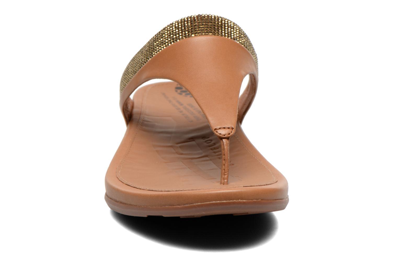 Chanclas FitFlop Banda Micro C Toe Post Marrón vista del modelo