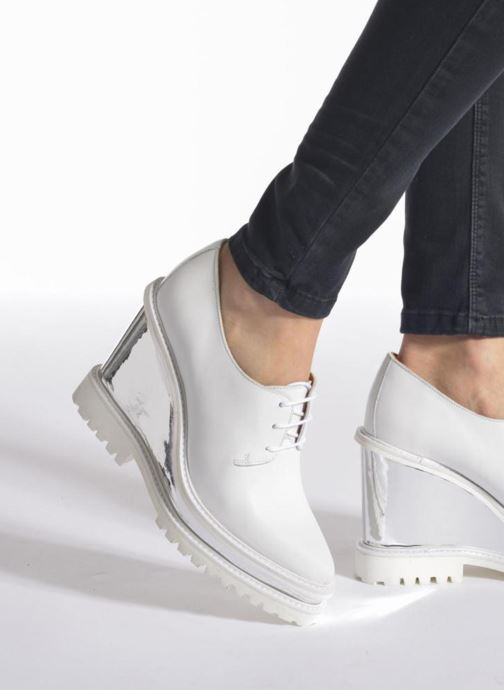Schnürschuhe Swear ANITA 3 weiß ansicht von unten / tasche getragen