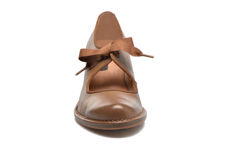 Zapatos de tacón Neosens Rococo S859 Marrón vista del modelo