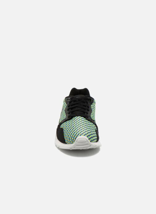 Sneakers Le Coq Sportif Lcs R900 Geo Jacquard Nero modello indossato