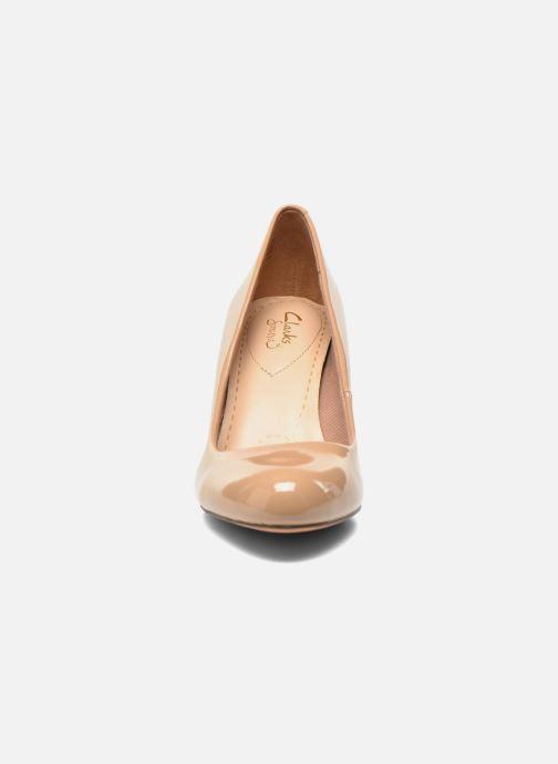 Zapatos de tacón Clarks Carlita Cove Beige vista del modelo