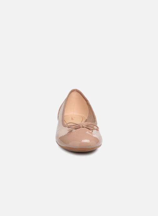 Bailarinas Clarks Couture Bloom Beige vista del modelo