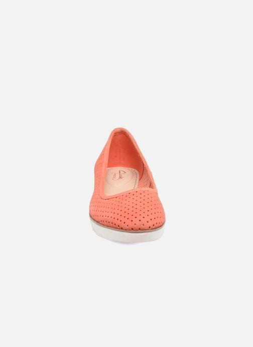 Ballerina Clarks Evie Buzz Röd bild av skorna på