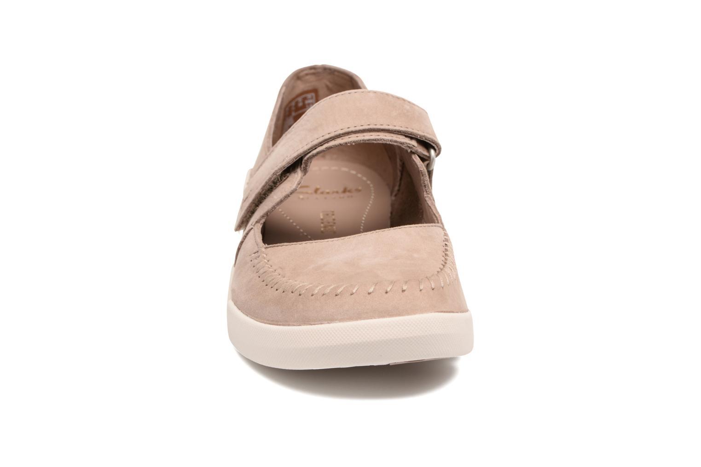 Ballerines Clarks Tri Amanda Marron vue portées chaussures