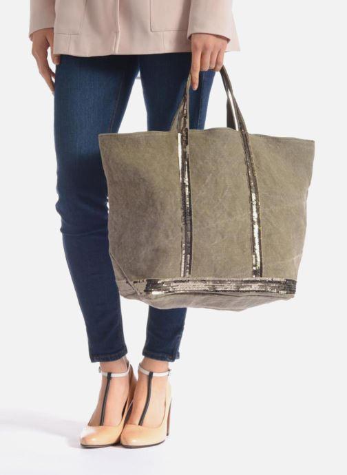 Handtaschen Vanessa Bruno Cabas Lin paillettes M+ grau ansicht von unten / tasche getragen