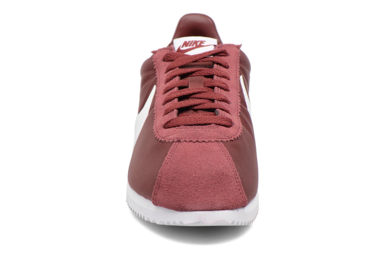 Deportivas Nike Classic Cortez Nylon Vino vista del modelo