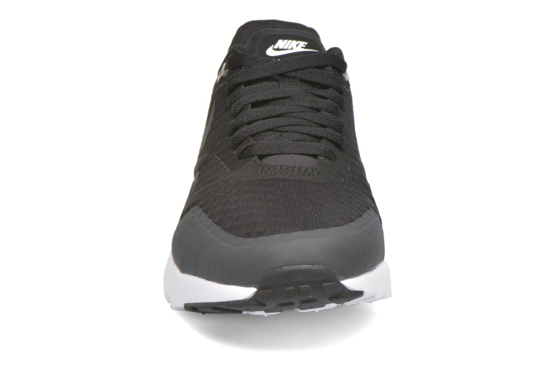 Baskets Nike Nike Air Max 1 Ultra Essential Noir vue portées chaussures