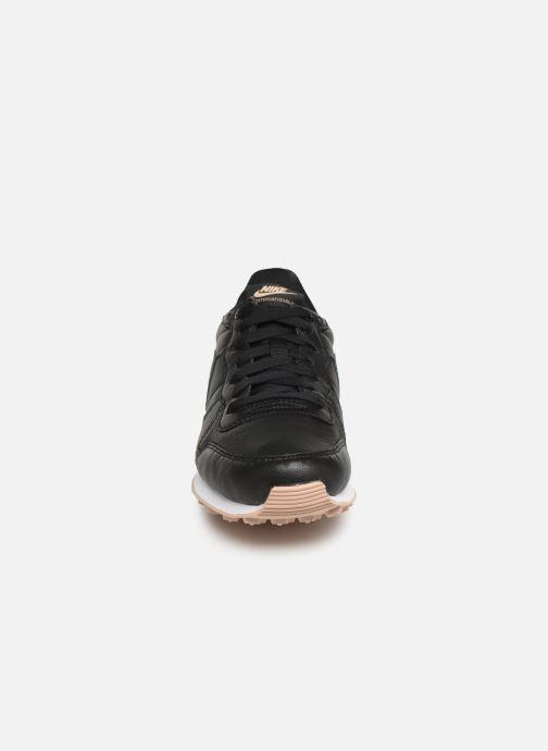 Deportivas Nike W Internationalist Prm Negro vista del modelo