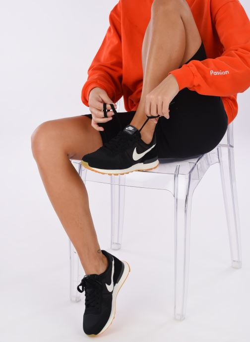 Trainers Nike Wmns Internationalist Black view from underneath / model view