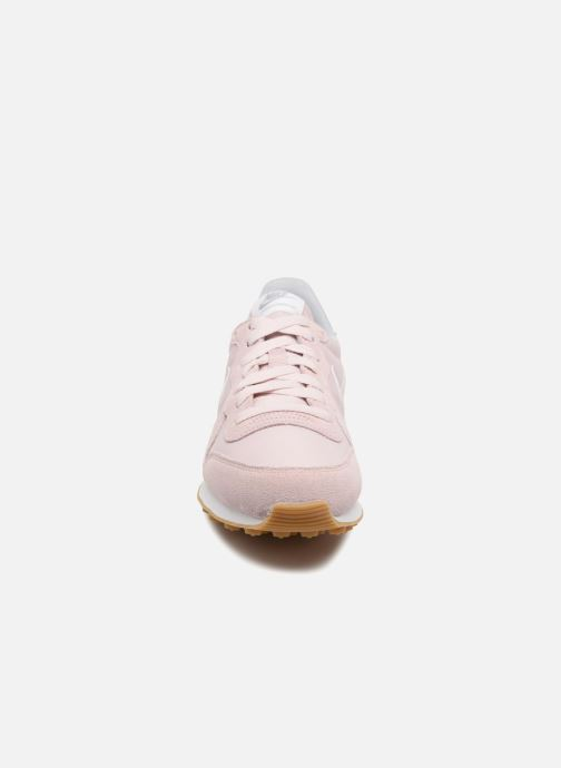 Sneakers Nike Wmns Internationalist Rosa modello indossato