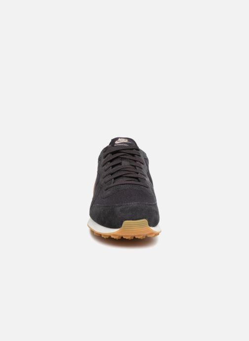 Deportivas Nike Wmns Internationalist Negro vista del modelo