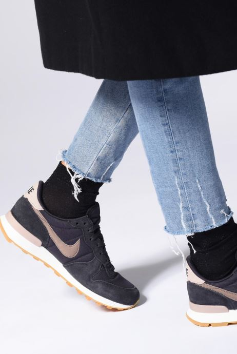 Trainers Nike Wmns Internationalist Pink view from underneath / model view