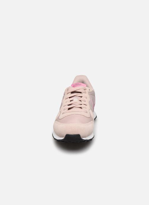 Baskets Nike Wmns Internationalist Beige vue portées chaussures