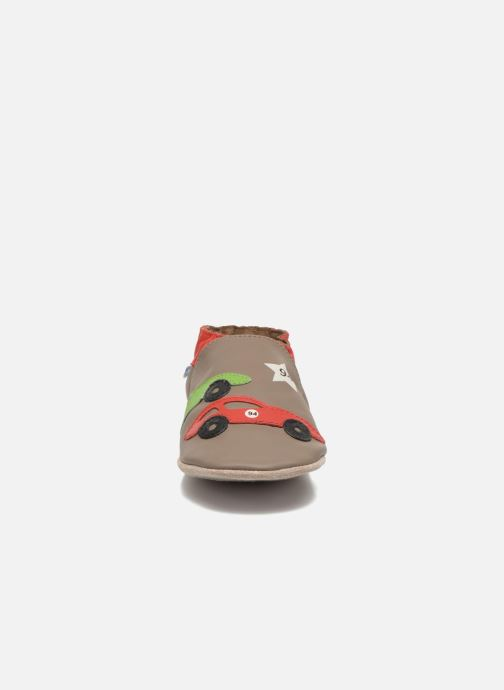 Pantuflas Robeez Rally Party Beige vista del modelo