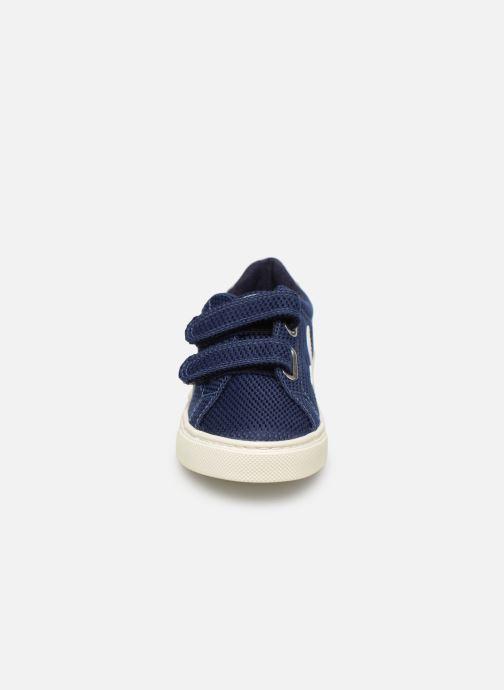 Sneakers Veja Esplar Small Velcro Azzurro modello indossato