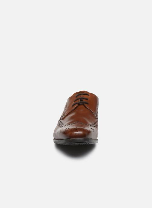 Scarpe con lacci Clarks Amieson Limit Marrone modello indossato