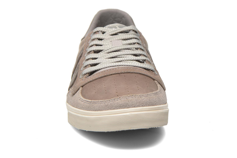Baskets Hummel Ten Star Oiled Lo Gris vue portées chaussures
