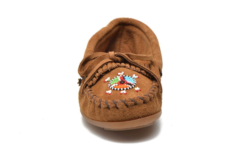 Mocassins Minnetonka Me to We moc Marron vue portées chaussures