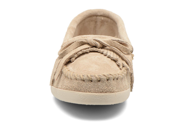 Mocassins Minnetonka Newport Moc Beige vue portées chaussures