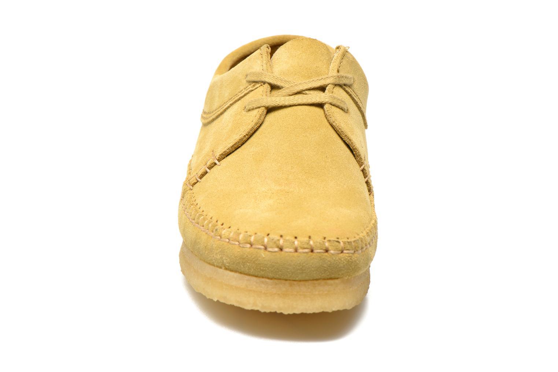 Scarpe con lacci Clarks Originals Weaver M Beige modello indossato