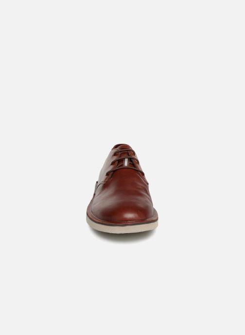 Scarpe con lacci Camper Morrys K100057 Marrone modello indossato