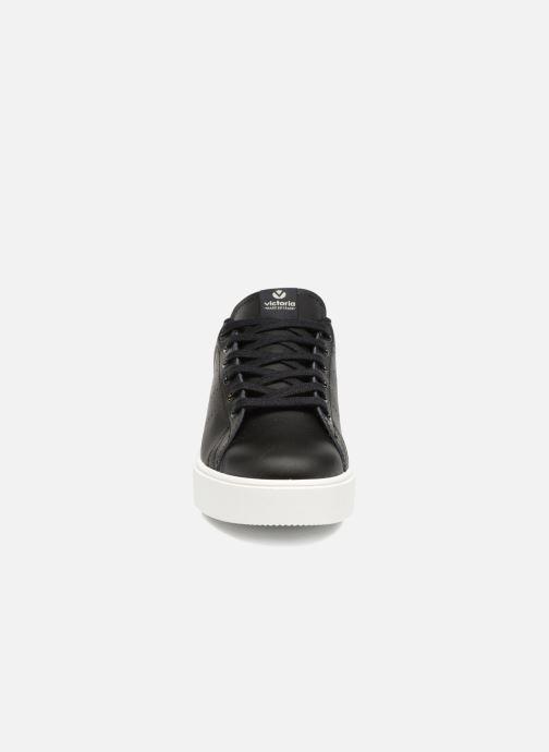 Sneakers Victoria Tenis Piel W Nero modello indossato