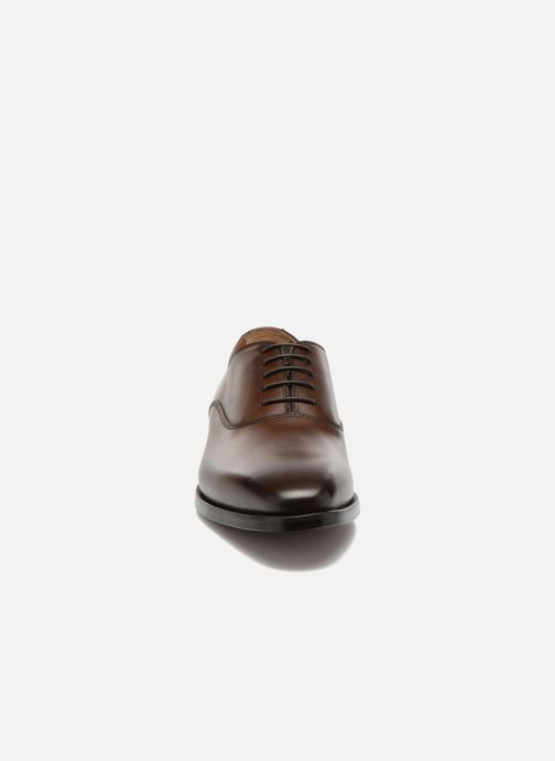 Snøresko Doucal's Guido Brun se skoene på