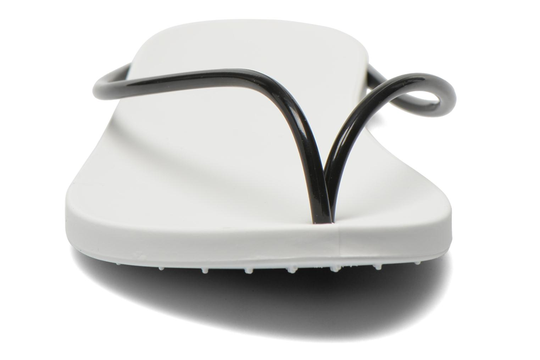 Tongs Ipanema Philippe Starck Thing M Fem Blanc vue portées chaussures
