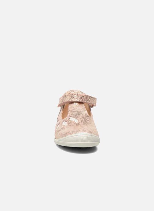 Zapatos con velcro GBB Margot Rosa vista del modelo