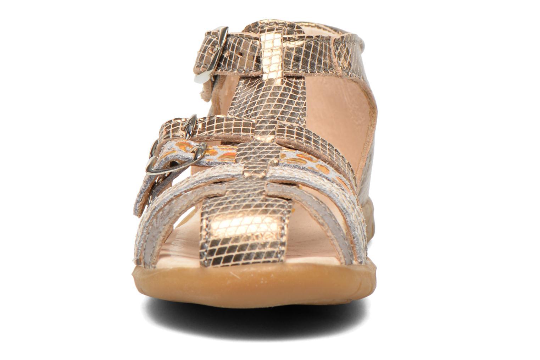 Sandalias GBB Mina Oro y bronce vista del modelo