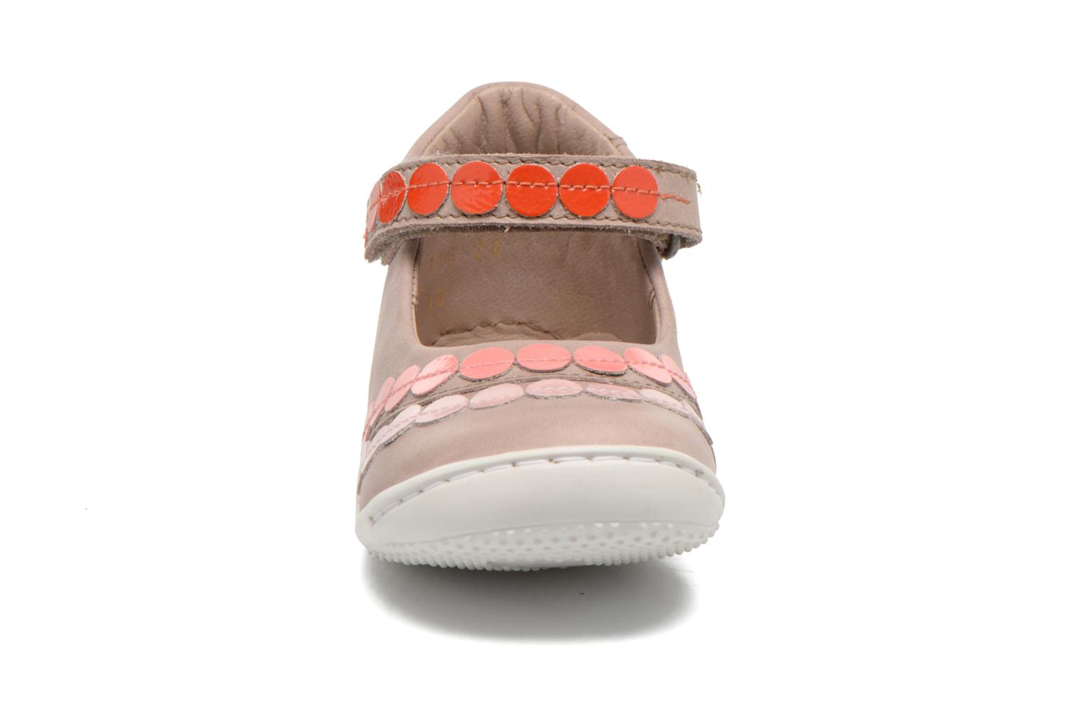 Ballerines Kickers Girly Beige vue portées chaussures