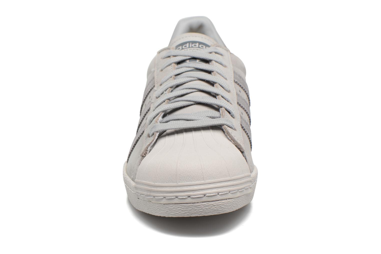Baskets Adidas Originals Superstar 80S Gris vue portées chaussures