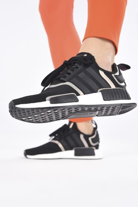 Sneaker adidas originals Nmd_R1 W schwarz ansicht von unten / tasche getragen