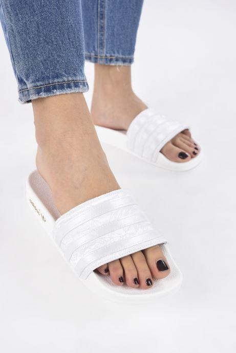 Clogs & Pantoletten adidas originals Adilette W weiß ansicht von unten / tasche getragen