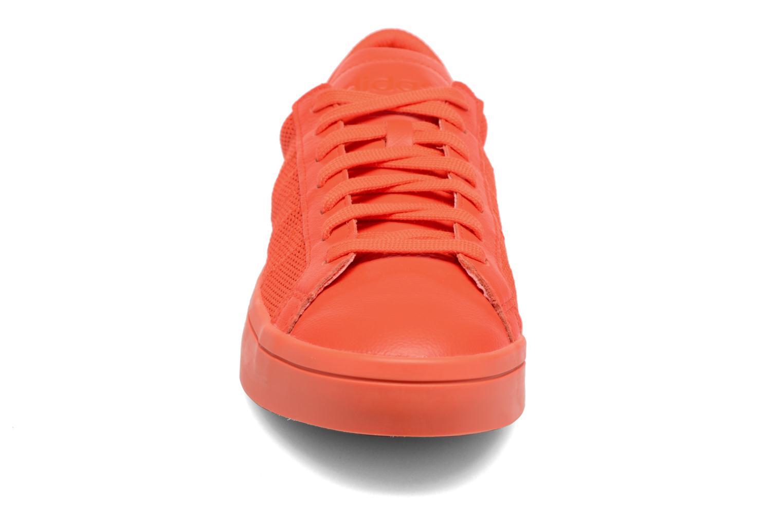 Deportivas Adidas Originals Court Vantage H Rojo vista del modelo