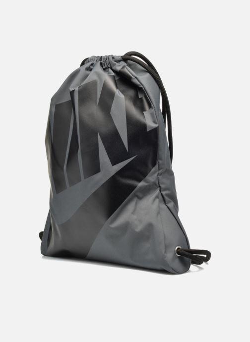 Borsa da palestra Nike NIKE HERITAGE GYMSACK Grigio modello indossato