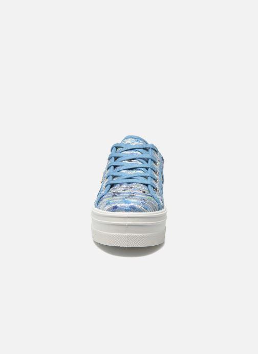 Sneakers Victoria Basket Puntos Brillo Plataf Kids Azzurro modello indossato