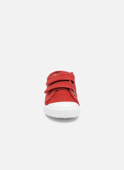 Sneakers Victoria Basket lona Dos Velcos Rosso modello indossato