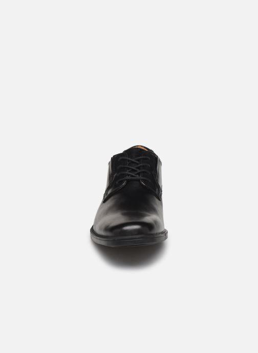 Scarpe con lacci Clarks Tilden Plain Nero modello indossato