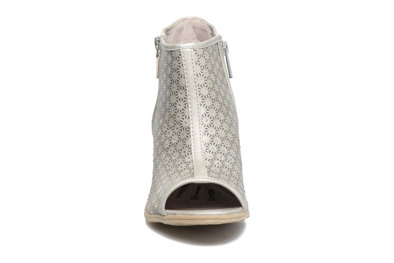 Sandali e scarpe aperte Mustang shoes Welle Argento modello indossato