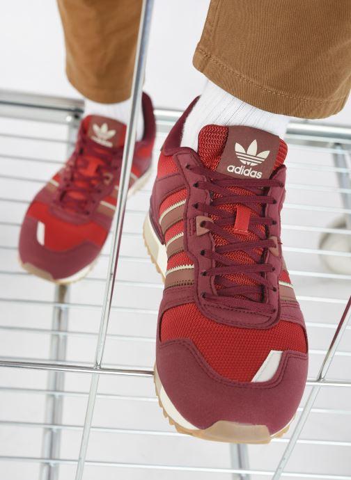 Sneaker adidas originals ZX 700 M weinrot ansicht von unten / tasche getragen