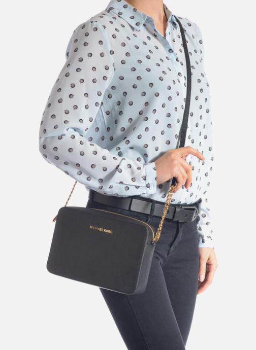Handtaschen Michael Michael Kors JET SET TRAVEL LG EW CROSSBODY schwarz ansicht von unten / tasche getragen