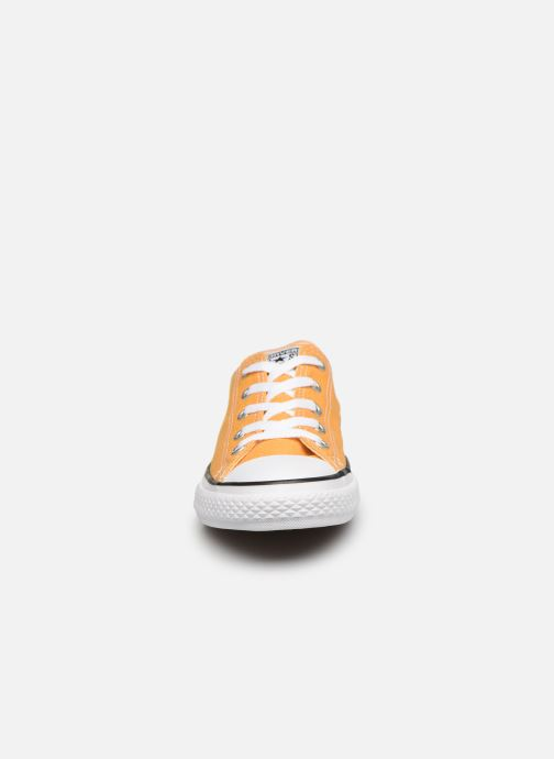 Sneakers Converse Chuck Taylor All Star Ox Giallo modello indossato