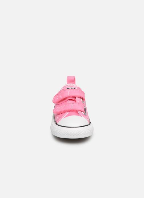 Sneakers Converse Chuck Taylor All Star 2V Ox Rosa modello indossato