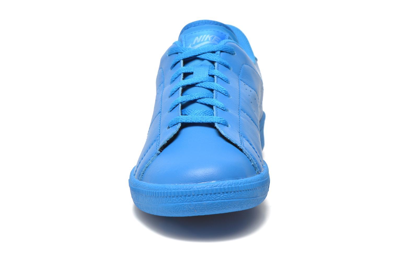 Sneakers Nike Tennis Classic Prm (Gs) Azzurro modello indossato