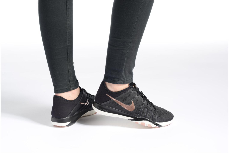 Chaussures de sport Nike Wmns Nike Free Tr 6 Noir vue bas / vue portée sac